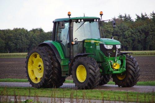 Foto van een John Deere 6115M. Geplaatst door jans-eising op 21-11-2019 om 19:32:49, op TractorFan.nl - de nummer 1 tractor foto website.