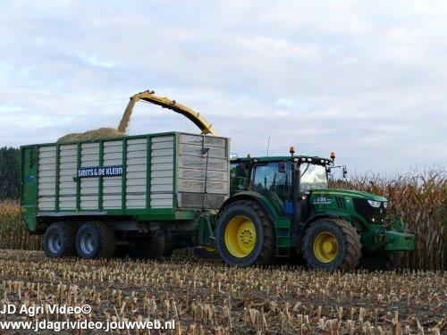 Foto van een John Deere 6210R , loonbedrijf Smits & de Kleijn ( SDK BV ) uit Alphen aan het mais hakselen. ZIE OOK DE VIDEO  https://youtu.be/qKJvb2OBooQ