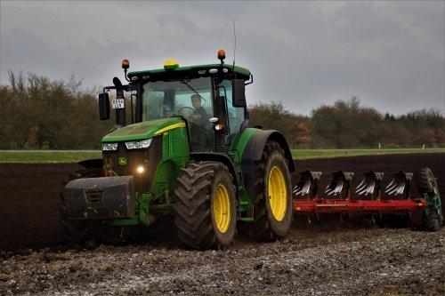 Foto van een John Deere 7310R. Geplaatst door sietse-frans-wijbenga op 26-11-2019 om 08:22:11, op TractorFan.nl - de nummer 1 tractor foto website.