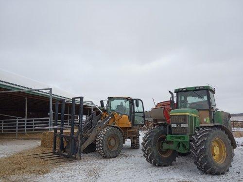 Foto van een John Deere 7810 jongvee en de droge koeien maar weer even gestrooid met deze 3 machientjes