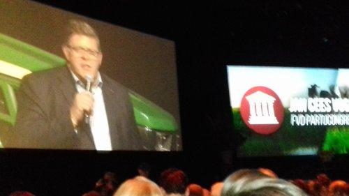 Foto van een John Deere op partijcongres van Forum voor Democratie met Jan Cees Vogelaar als spreker. JD en JC dus.