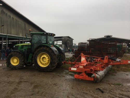 Foto van een John Deere 6210. Geplaatst door jani op 01-12-2019 om 15:41:23, op TractorFan.nl - de nummer 1 tractor foto website.