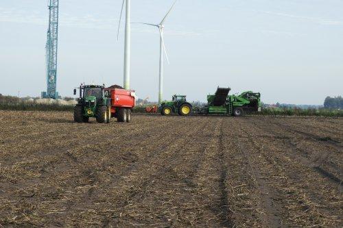 Aardappels rooien op de Akkerhoeve van Schuttert  https://youtu.be/jyosbNiwofI. Geplaatst door pekkerietfan op 02-12-2019 om 21:44:23, op TractorFan.nl - de nummer 1 tractor foto website.