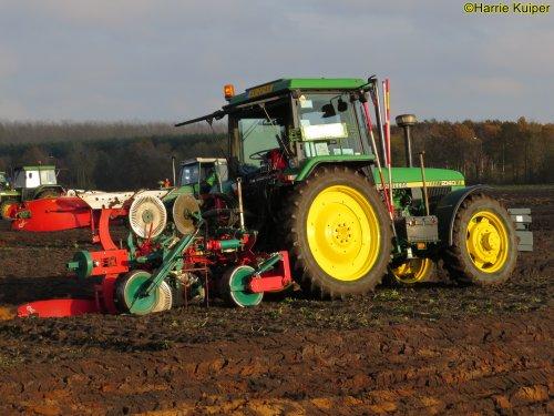 Foto van een John Deere 2140  , nationale ploegwedstrijd 22/11/2019 in Stadskanaal.. Geplaatst door oldtimergek op 19-12-2019 om 15:56:36, op TractorFan.nl - de nummer 1 tractor foto website.