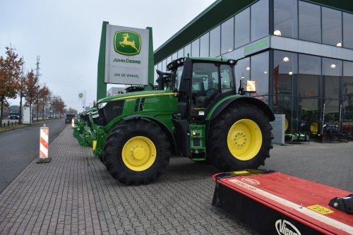 Foto van een John Deere 6230R. Geplaatst door jordi 1455 op 19-12-2019 om 20:26:26, op TractorFan.nl - de nummer 1 tractor foto website.