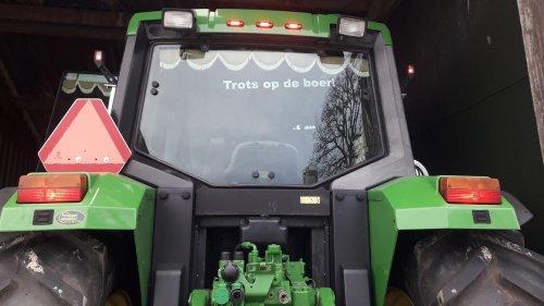 Foto van een John Deere 6400 weer de ruit vol🤣. Geplaatst door johndeere6910forever op 21-12-2019 om 23:40:05, op TractorFan.nl - de nummer 1 tractor foto website.