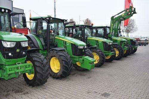 Foto van een John Deere 5100R. Geplaatst door jordi 1455 op 22-12-2019 om 22:52:46, op TractorFan.nl - de nummer 1 tractor foto website.