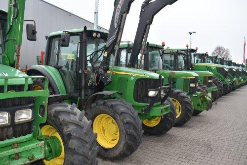 Foto van een John Deere 6120. Geplaatst door jordi 1455 op 24-12-2019 om 17:19:12, op TractorFan.nl - de nummer 1 tractor foto website.