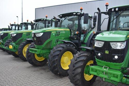 Foto van een John Deere 6140R. Geplaatst door jordi 1455 op 25-12-2019 om 18:01:16, op TractorFan.nl - de nummer 1 tractor foto website.