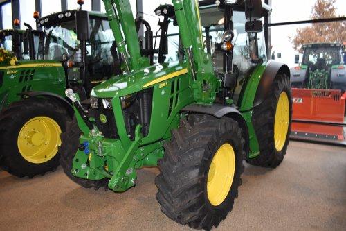 Foto van een John Deere 5125R. Geplaatst door jordi 1455 op 27-12-2019 om 23:01:18, op TractorFan.nl - de nummer 1 tractor foto website.