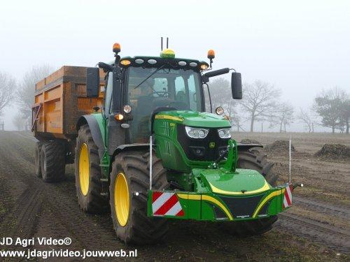 Foto van een John Deere 6130R , Akkerbouwbedrijf  Versteeg uit Uddel en  Mark Geerlig uit Lelystad aan het bieten rooien in Uddel. ZIE OOK DE VIDEO  https://youtu.be/RMfUMg4fZAw