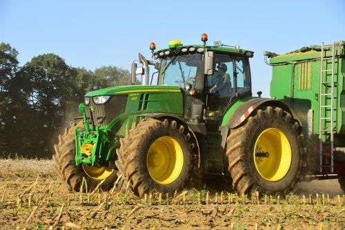 Foto van een John Deere 6250R. Geplaatst door jd7920 op 04-01-2020 om 13:28:07, op TractorFan.nl - de nummer 1 tractor foto website.