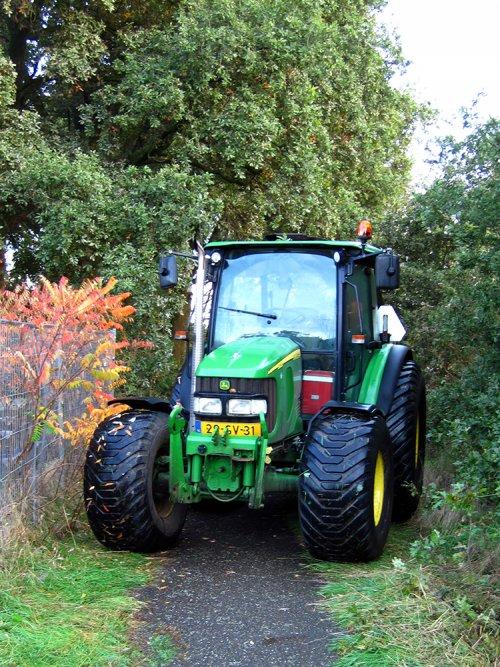 Foto van een John Deere 5820 Tractor  tijdens het versnipperen.. Geplaatst door A.H.S. op 05-01-2020 om 23:19:59, op TractorFan.nl - de nummer 1 tractor foto website.