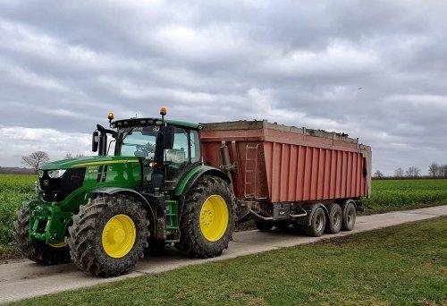 Foto van een John Deere 6250R van BVba Wiljoco (St-Truiden), de eerste vracht van 2020.. Geplaatst door StijnTheDeereDriver op 06-01-2020 om 12:58:08, op TractorFan.nl - de nummer 1 tractor foto website.