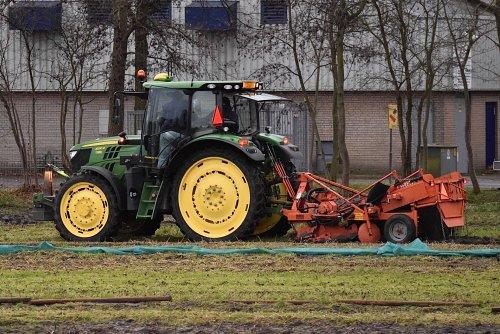 Foto van een John Deere 6130R planten rooien in Noordwijkerhout. Geplaatst door warmerbros op 07-01-2020 om 20:57:45, op TractorFan.nl - de nummer 1 tractor foto website.