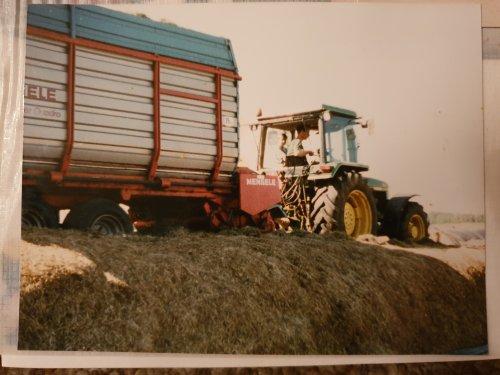 Foto van een John Deere 2650 uit oude foto album. Bij ons thuis  rond 1996 ?  Met mij er als kleine aap naast. Ik ben van 1992