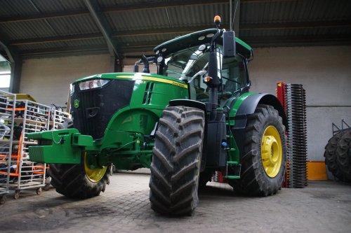 Foto van een John Deere 7310R. Geplaatst door jans-eising op 08-01-2020 om 20:55:07, op TractorFan.nl - de nummer 1 tractor foto website.