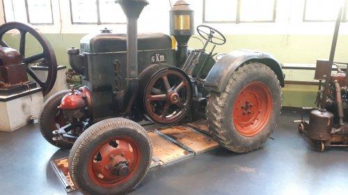 Foto van een John Deere Lanz Bulldog in Heimatmuseum in Eslohe (Sauerland). Bijzonder interessant museum met oude (boeren-)gebruiksvoorwerpen, locomotieven, stoommachines, generatoren, dorsmachines, oude beroepen etc. Met