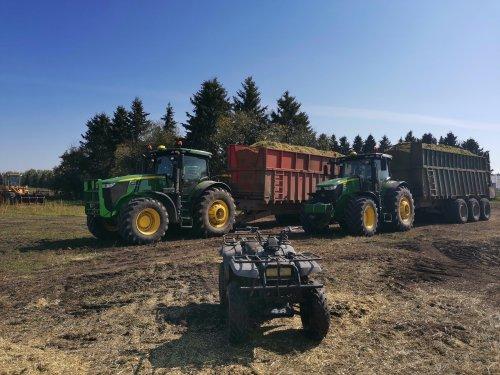 Twee wagens staan te wachten totdat de bagger komt om de barley in een zak te stoppen.. Geplaatst door thijs-jacobsen op 21-01-2020 om 12:31:19, op TractorFan.nl - de nummer 1 tractor foto website.