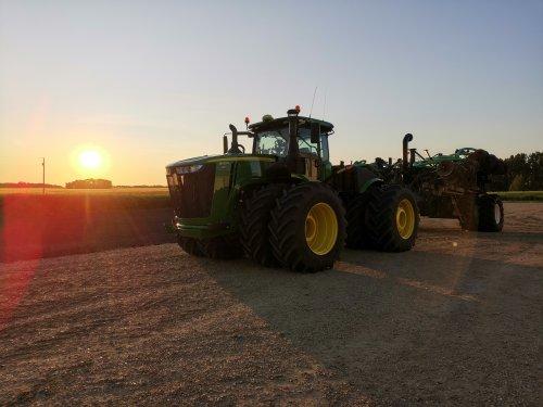 Een John Deere 9420R met daarachter een sleepslagbemester.. Geplaatst door thijs-jacobsen op 21-01-2020 om 12:31:24, op TractorFan.nl - de nummer 1 tractor foto website.
