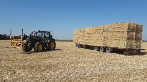 Foto van een John Deere 6630 Premium en een van de vele vrachten stro die ik afgelopen zomer heb geladen