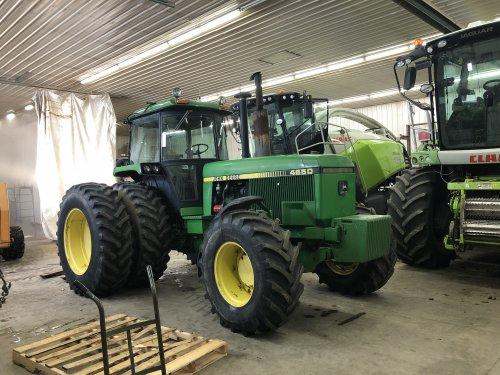 Foto van een John Deere 4650 in de werkplaats voor onderhoud. Geplaatst door catfan55 op 25-01-2020 om 19:18:14, met 13 reacties.