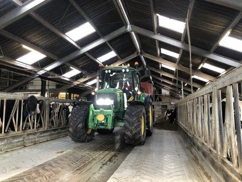 Foto van een John Deere 6230 Premium bezig met de koetjes te voeren. Geplaatst door ties6110 op 28-01-2020 om 12:51:14, op TractorFan.nl - de nummer 1 tractor foto website.