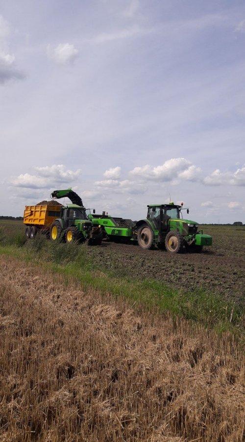 Op deze foto is Loon en Akkerbouwbedrijf de Boer (Borgercompagnie ) × actief met een John Deere  6150R en John Deere 6506. Aardappels rooien