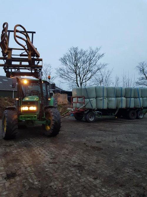 Foto van een John Deere 6320 met vracht midibalen. Geplaatst door case 745 xl op 03-02-2020 om 18:11:33, met 4 reacties.