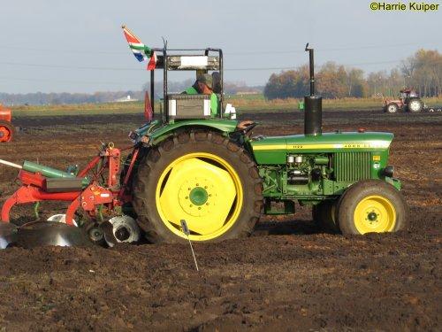 Foto van een John Deere 1120  , nationale ploegwedstrijd 22/11/2019 in Stadskanaal. Geplaatst door oldtimergek op 05-02-2020 om 11:17:29, op TractorFan.nl - de nummer 1 tractor foto website.