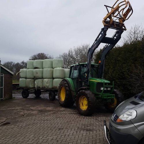Foto van een John Deere 6320 weer een vrachtje afgeleverd. Geplaatst door case 745 xl op 15-02-2020 om 20:20:04, op TractorFan.nl - de nummer 1 tractor foto website.