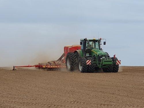 Foto van een John Deere 8430 met Väderstadt zaaimachine aan het zaaien op het eiland Rügen.. Geplaatst door fiat-powertrain op 23-02-2020 om 15:11:08, op TractorFan.nl - de nummer 1 tractor foto website.