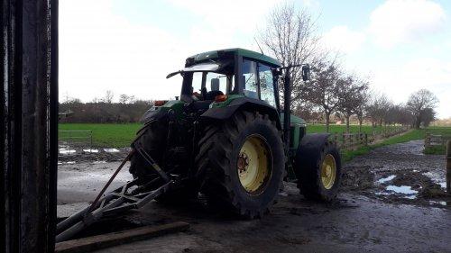 Foto van een John Deere 6910 even de put mixen de 2de van de 4 vond tie lekker💪💪. Geplaatst door johndeere6910forever op 26-02-2020 om 18:10:43, op TractorFan.nl - de nummer 1 tractor foto website.