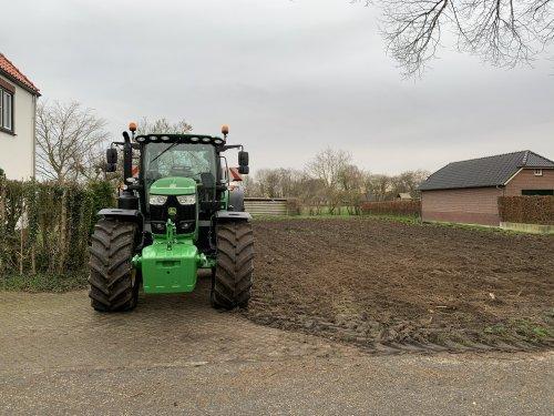Foto van een John Deere 6175R. De tuin iets onder handen genomen!. Geplaatst door joozt op 03-03-2020 om 12:00:00, op TractorFan.nl - de nummer 1 tractor foto website.
