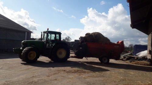 Foto van een John Deere 6910 lekker old sgool strooien haha. Geplaatst door johndeere6910forever op 03-03-2020 om 18:17:42, op TractorFan.nl - de nummer 1 tractor foto website.