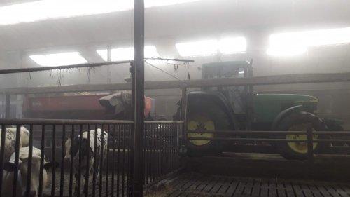 Foto van een John Deere 6910 even een hek goed zetten en weer door👌 liggen ze weer droog. Geplaatst door johndeere6910forever op 03-03-2020 om 18:19:51, op TractorFan.nl - de nummer 1 tractor foto website.