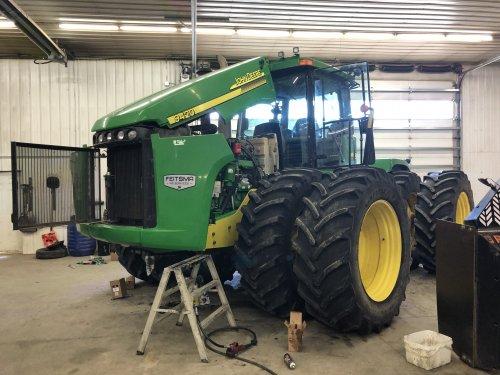 Foto van een John Deere 9420 in de werkplaats voor onderhoud. Geplaatst door catfan55 op 13-03-2020 om 19:25:33, op TractorFan.nl - de nummer 1 tractor foto website.