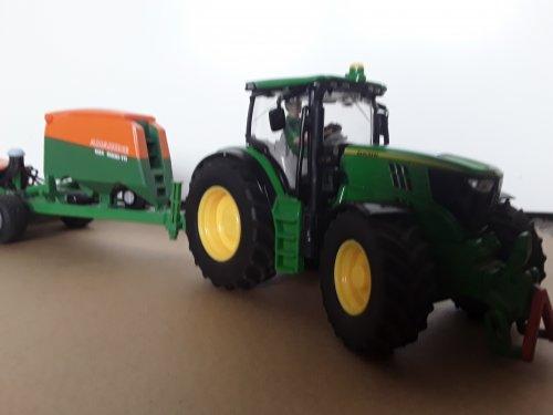 Foto van een John Deere 6210R  met amzone  Siku 1.32. Geplaatst door JOHNDEEREmat op 16-03-2020 om 16:22:33, op TractorFan.nl - de nummer 1 tractor foto website.