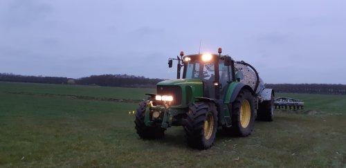 Foto van een John Deere 6820, eindelijk weer droog genoeg !. Geplaatst door rolandfotografie op 21-03-2020 om 17:02:45, op TractorFan.nl - de nummer 1 tractor foto website.