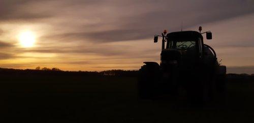 Foto van een John Deere 6820, eindelijk weer droog genoeg !. Geplaatst door rolandfotografie op 21-03-2020 om 17:02:47, op TractorFan.nl - de nummer 1 tractor foto website.