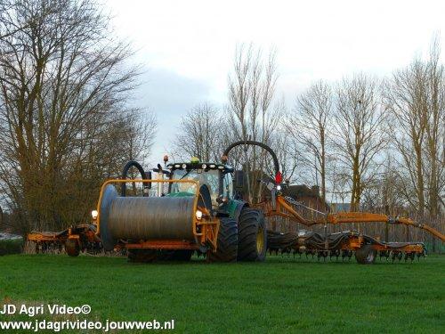 Foto van een John Deere 6155R , Loonbedrijf De Heus uit Langbroek aan het sleepslang bemesten. ZIE OOK DE VIDEO  https://youtu.be/r-IWCET9AsE