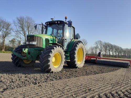 Foto van een John Deere 6420 S bezig met cambridgerollen over het net gezaaide gerst. Geplaatst door mees-tijsen op 27-03-2020 om 22:09:38, op TractorFan.nl - de nummer 1 tractor foto website.