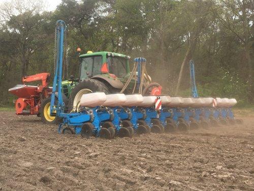 John Deere 6630 + Monosem 12 rijer. Berkers Asten. Geplaatst door RVM op 18-04-2020 om 17:42:25, op TractorFan.nl - de nummer 1 tractor foto website.