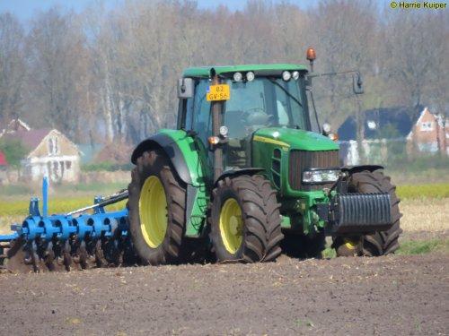 Foto van een John Deere 6830 Premium. Geplaatst door oldtimergek op 23-04-2020 om 23:18:03, op TractorFan.nl - de nummer 1 tractor foto website.