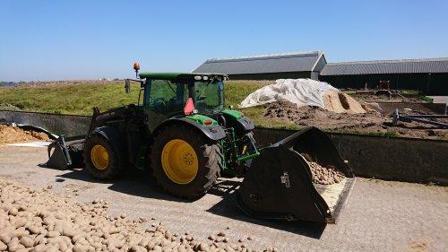Foto van een John Deere 6105R met VDW bietenbak, bezig met aardappels klein maken.. Geplaatst door ford8630power op 26-04-2020 om 13:07:59, met 4 reacties.