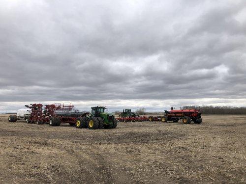 Foto van een John Deere 9510R met Morris zaaimachine & de 9520R met Vaderstad. Geplaatst door catfan55 op 02-05-2020 om 14:36:05, op TractorFan.nl - de nummer 1 tractor foto website.