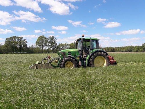 Foto van een John Deere 6330 aan het gras maaien. Geplaatst door Bekkink op 05-05-2020 om 17:11:37, op TractorFan.nl - de nummer 1 tractor foto website.