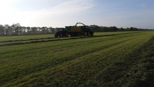 Foto van een John Deere 8600i en 6250r eerste snede hakselen. Geplaatst door cb6520 op 09-05-2020 om 12:16:29, op TractorFan.nl - de nummer 1 tractor foto website.