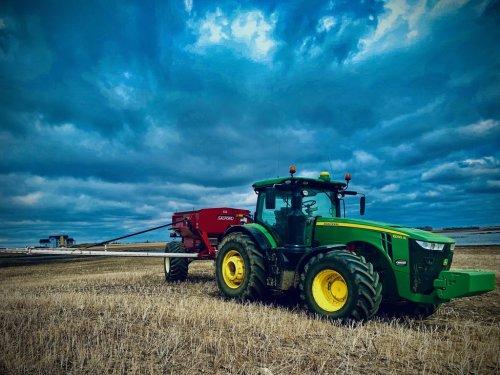 Foto van een John Deere 8295R met salfort 11 ton pneumatische kunstmest strooier. Geplaatst door catfan55 op 09-05-2020 om 14:17:00, op TractorFan.nl - de nummer 1 tractor foto website.