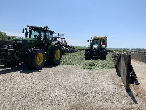 Foto van een John Deere 6150R met gras vork en een deutz 7250 met pottinger opraapwagen. Geplaatst door gele velgen op 10-05-2020 om 20:01:30, op TractorFan.nl - de nummer 1 tractor foto website.